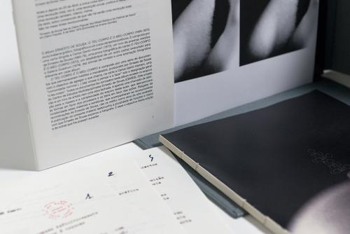 Capa do álbum e materiais incluídos no seu interior: Carta de Ernesto de Sousa (Julho 1972), Livro de poemas inéditos de Ernesto de Sousa (1965-1975), 1 Cartaz (1978), 9 Provas de Contacto (1972-1975), 2 Ampliações fotográficas de Ernesto de Sousa e Caderno de texto de Paula Pinto, 2014. Crédito fotográfico André Pregitzer